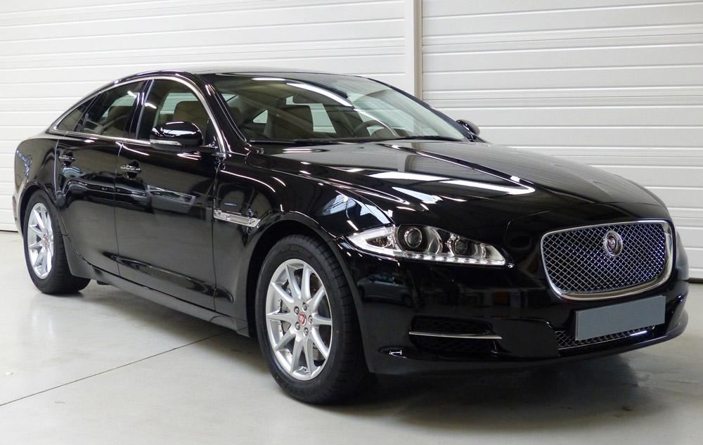 jaguar xe et la plus belle voiture de l 39 ann e 2014 est. Black Bedroom Furniture Sets. Home Design Ideas