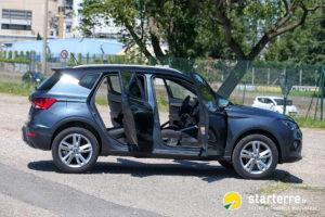 SUV Seat Arona, de profil et portes ouvertes