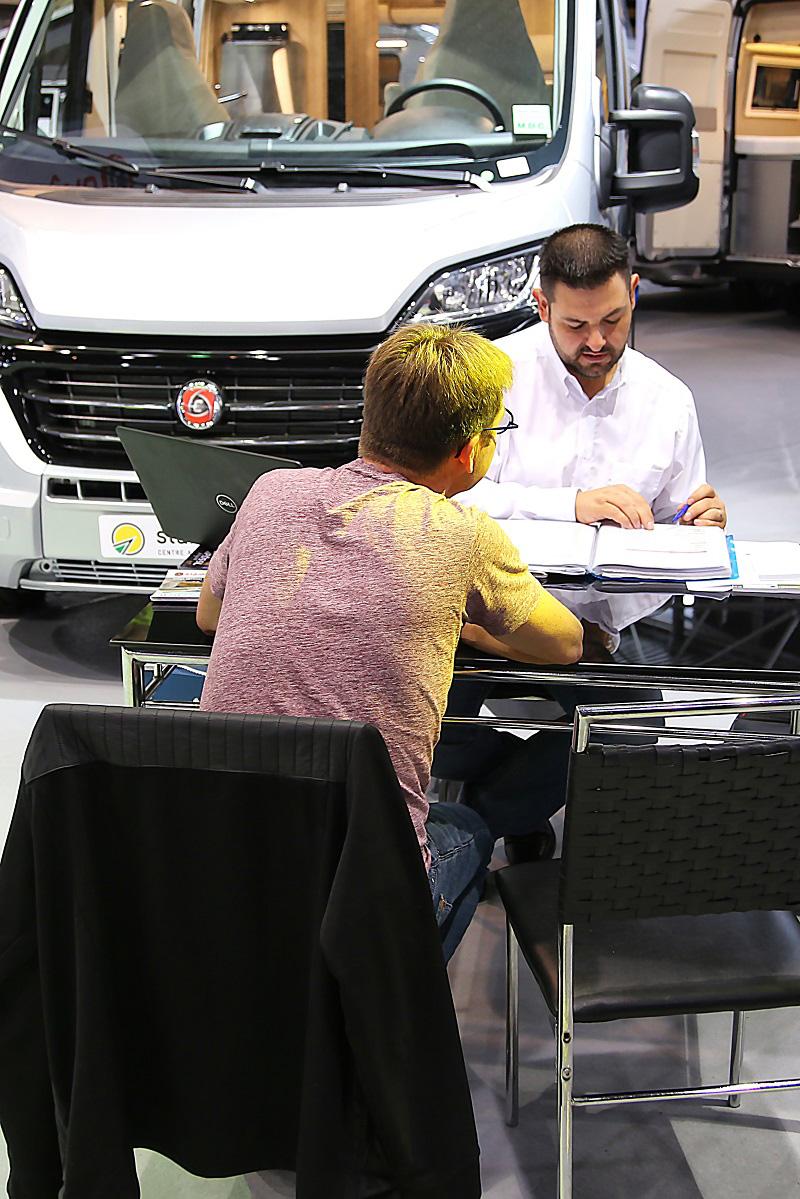 achat d'un véhicule de loisirs sur le salon du camping car de Lyon